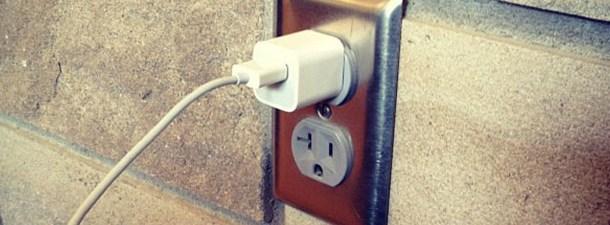 Conectado à tomada, o carregador gasta energia, mesmo que não esteja carregando nada?