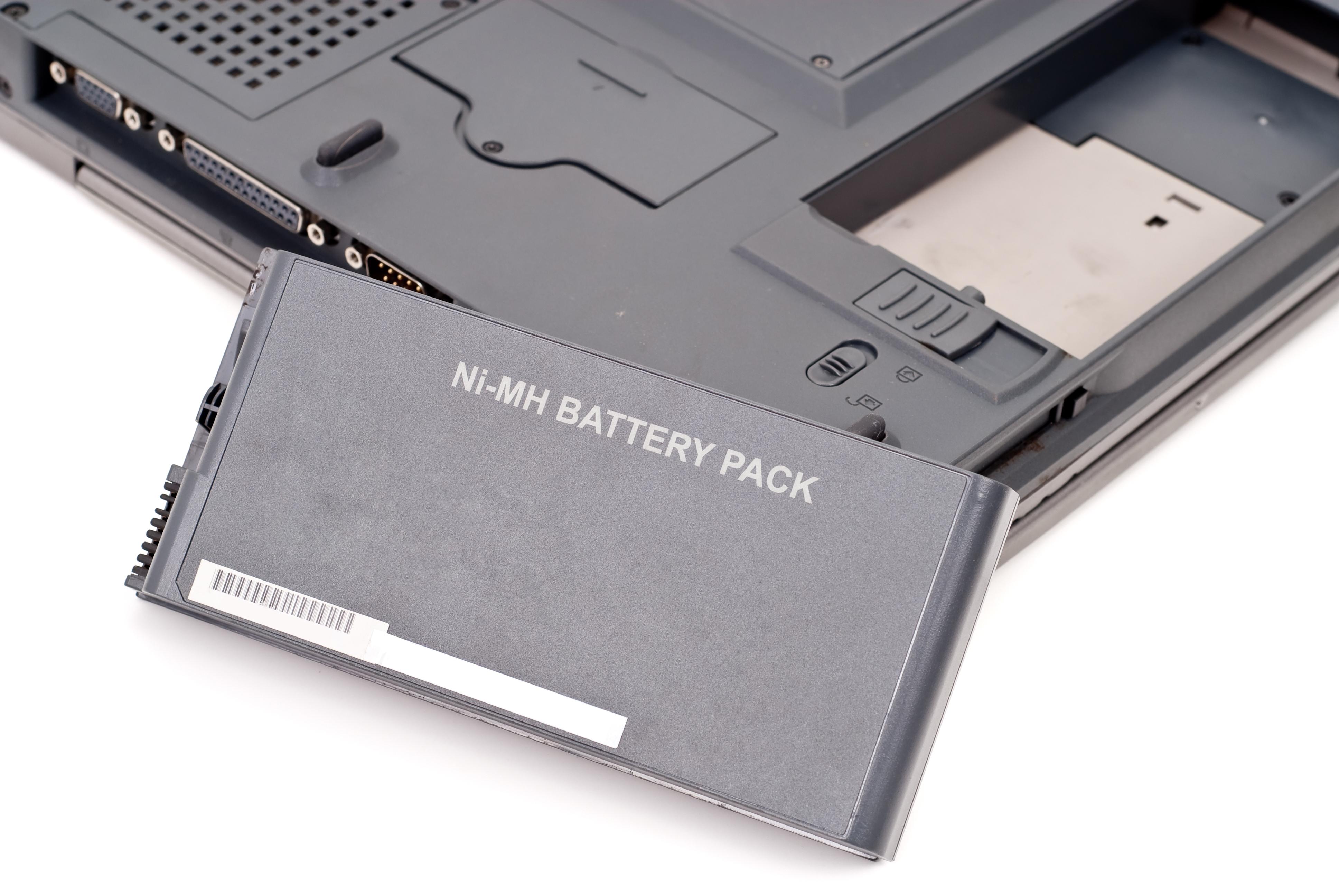 É aconselhável desconectar o carregador de bateria do notebook?