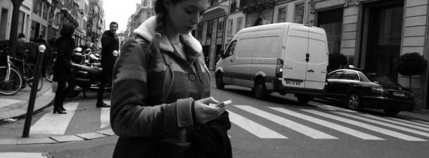 Seus olhos estão sempre grudados no celular? Esta cidade colocou semáforos no chão para você